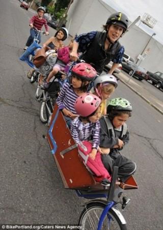 行车送孩子上学