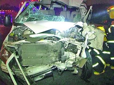 客车追尾货车驾驶室被撞扁 司机被卡住身亡高清图片