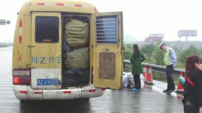 厢式货车搭木板改装卧铺车被查处 核载7人挤16人