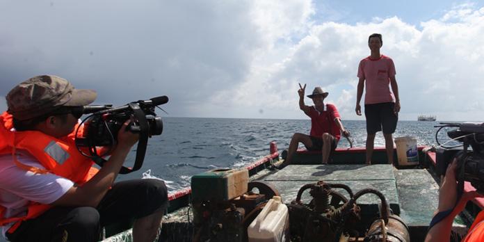 央视网记者张毅在美济礁内采访渔民来源:央视网祝娟摄   9月22日晴美济礁   在美济礁的礁石上,有一块退潮时才能依稀看到的水碑,上面清楚的刻着9个人的名字,林圣平时常站在那个船头,望着水碑的方向发呆,那里,有一段他不愿去回忆又难忘的记忆。   2007年,林圣平坐着渔船琼京太01号和10多名工友随叔公林载亮一起,劈波斩浪来到了美济礁,因为叔公告诉他,美济礁是世界上少有的优良深海鱼养殖场,非常适合价格昂贵的暖水鱼东星斑、老虎斑等鱼生长,世代靠打渔为生没有多少文化的林圣平,对于身为南海地理编委会副主任