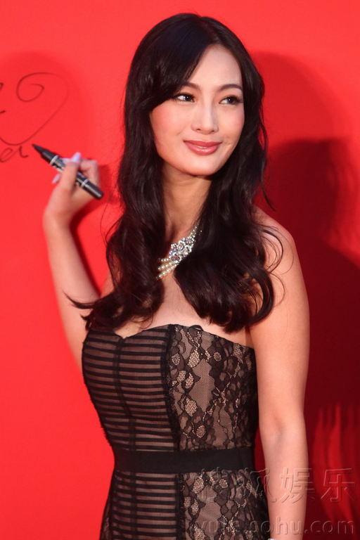 王李丹妮首次亮相北京胸部缩水小秀美背