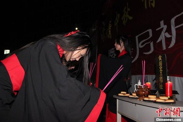 西安大学生汉服祭月 重现中秋传统习俗(高清组图)