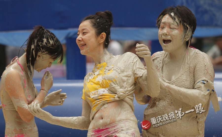 重庆千名美女比基尼泥浆摔跤赛频走光高清