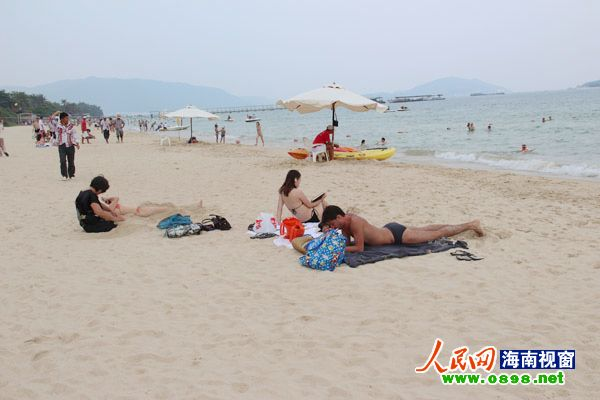 海边嬉水,免税购物 游客国庆三亚惬意度假