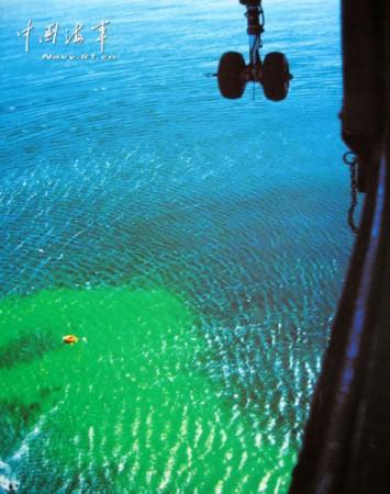 荷花 航拍 巨浪/在弹着点周围,翠绿色的染色剂把大海染成绿茵一片,好像水面...