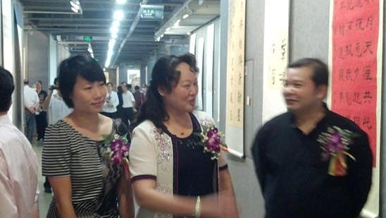 书法家协会副主席、广西籍女书法家梁江萍在书画展览会上.