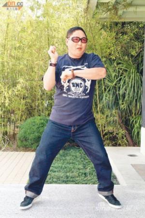 钱国伟扮韩国歌手Psy跳骑马舞像模像样-钱国伟否认咸湿 有美女献殷勤