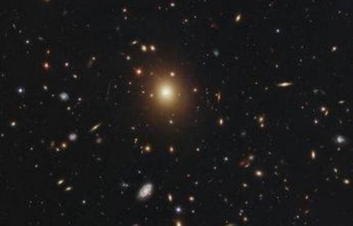 宇宙探秘:30亿光年外发现最大星系核【组图】