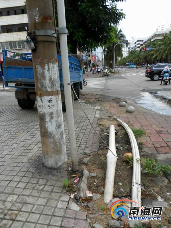 海口 电缆外露人行道上 市民担心漏电伤人 高清图片
