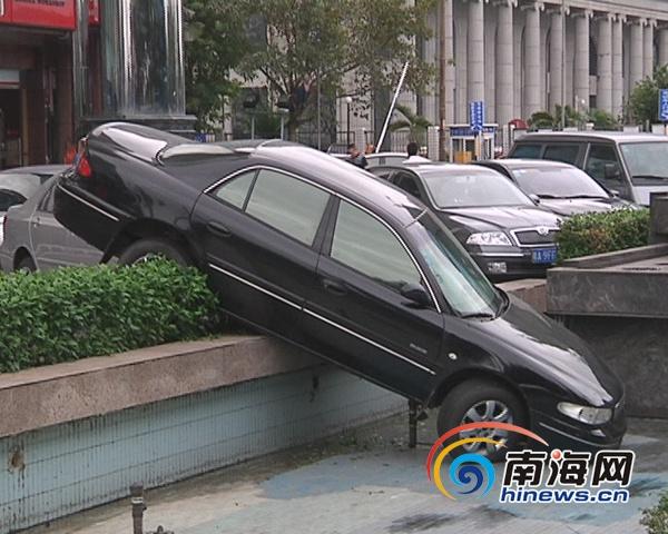其旁边一辆白色丰田花冠小轿车,车头已被撞凹进去.