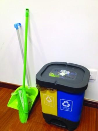 办公室里的二分类垃圾桶.-市城管局带头推行垃圾分类 市级机关即将