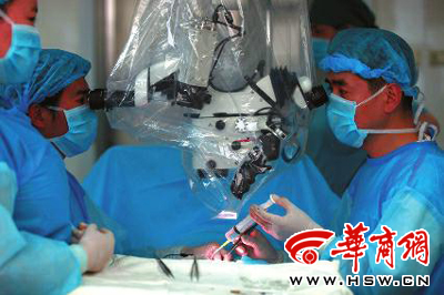 医生手术为患者取精,然后用显微镜挑选能够使用的精子,帮助患者治疗