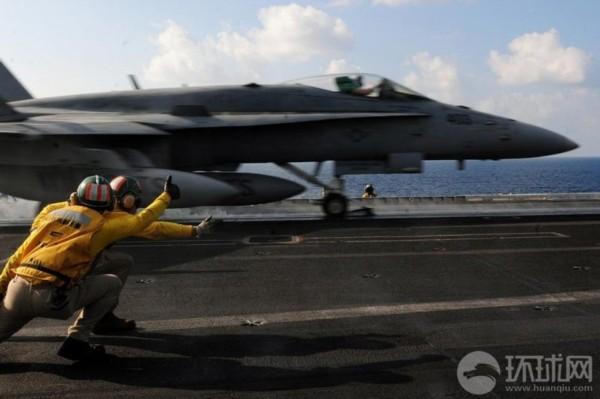 美国航母上起飞指挥官指挥舰载机起飞时的场景