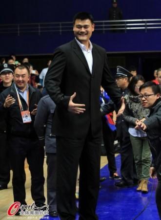 姚明助阵兄弟退役仪式 章文琪携儿子出席