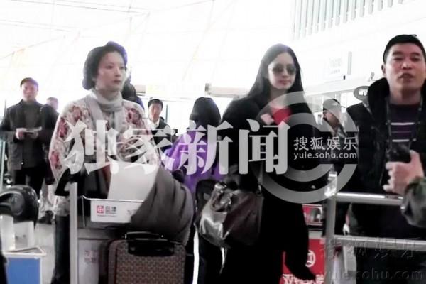 刘亦菲与母亲出行 继父陈金飞失陪母女俩欢笑