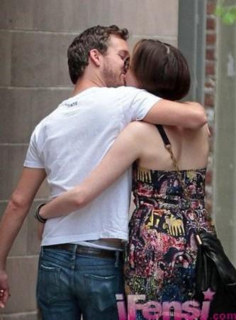 外国小伙街头亲吻-瑟薇与男友当街接吻-小S王菲张柏芝谢霆锋刘嘉玲 激吻不顾场合图片
