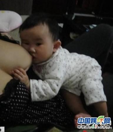 原因是这个只有22岁的妈妈陈怡芬博客中曝光d杯喂奶