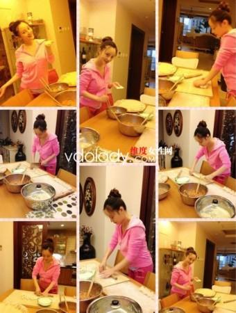 照片中的李小璐包饺子的手艺看起来还很不错,从擀面,切面团到包饺子