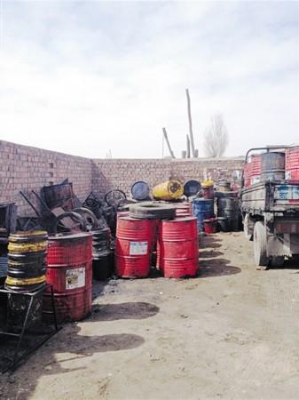 满载着破旧的油桶,一辆辆小货车,农用车每天在国道,高速公路附近的