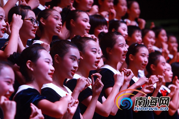 比划手势一边唱歌(南海网记者陈望摄); 今晚音乐会的演出中,混声合唱图片