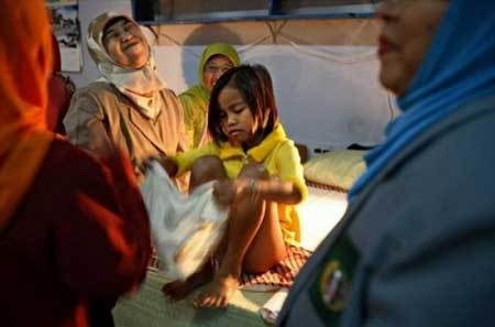 手术印尼少女不用麻药揭秘:表格a少女人称割礼过程小学代词阴部图片