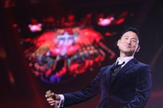 周杰伦江苏跨年苹果弹钢琴 萧亚轩罗志祥舞王舞后合体图片