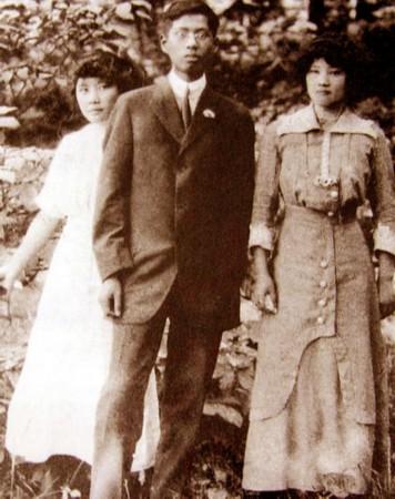 宋庆龄/少女裙装的两姐妹——宋庆龄(左)、宋美龄(右)