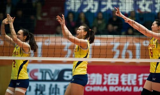 女排队球员薛明(右一)和曾春蕾(中)向裁判示意排球已经触手.高清图片