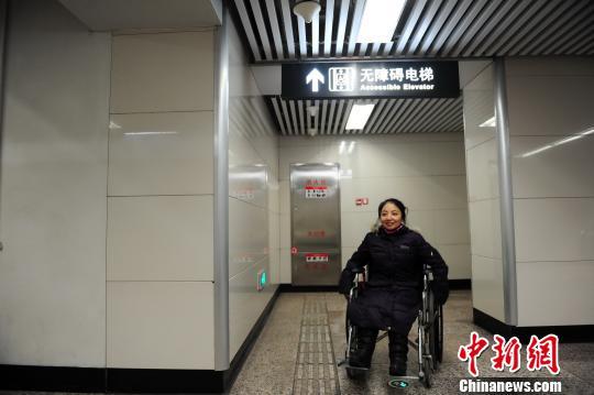 """""""由于下肢行动不便,沈阳残疾人公益热线接线员焦丹平时须借助双拐或"""