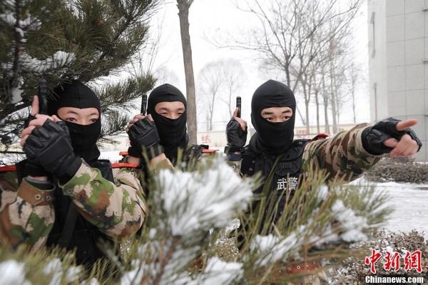 20日,武警山西省总队晋中市支队官兵在大雪中进行实战化军事训练,旨在提高部队在恶劣环境下的遂行作战任务能力。1月19日19时至20日11时,山西省普降中到大雪。为强化实战性针对性训练和检验性对抗性演练,武警山西省总队晋中市支队在雪中举行实战化军事训练。武装越野、解救人质、野外搜索、追捕逃犯,训练中设置了种种障碍,以实战背景为条件,用打仗的标准推进军事斗争准备,提高部队的实战能力。宋立超/文牛何松/图