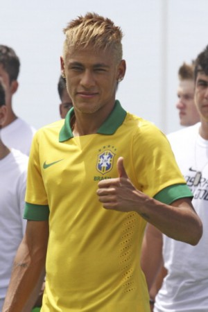 巴西队发布新款球衣似POLO衫 内马尔成模特图片