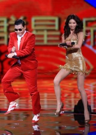 在舞台上和台湾第一美女林志玲大跳骑马舞