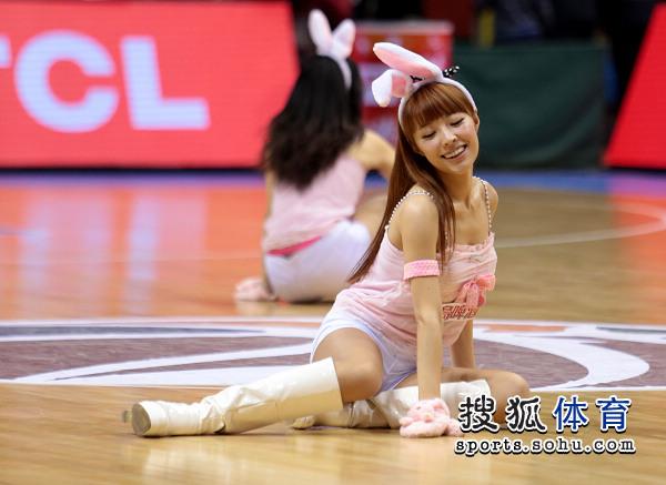 北京篮球宝贝可爱兔子装 性感美女很俏皮(组图)