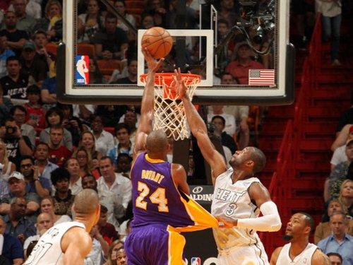NBA15周十佳进球科比隔扣两人却遭詹韦羞辱-第15周十佳球 科比隔扣图片