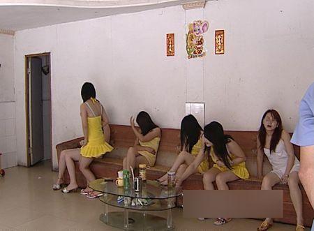 小姐_图集:实拍各地警方扫黄现场 嫖客小姐裸身被擒