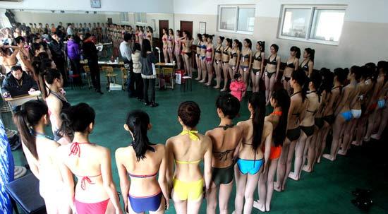 中国 艺考/艺考女生穿着暴露。...
