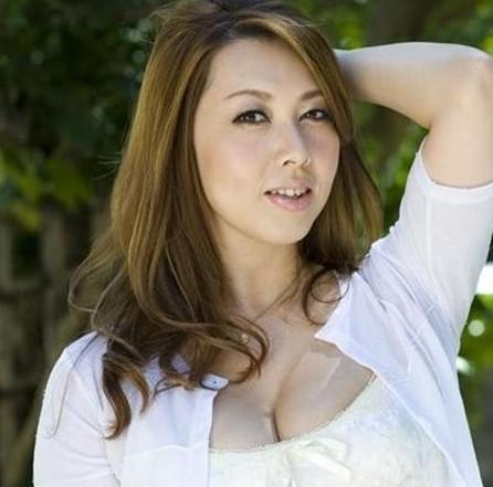 日本AV女优风间由美写真-日本女优演千部色情片表不满 反抗父母严厉图片