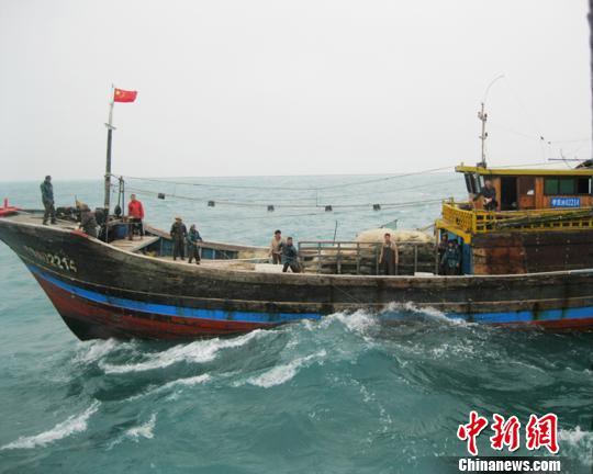 一雷州籍木质渔船广东湛江外海遇险 13人获救