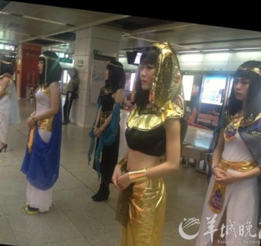 女子变身 埃及艳后 现身深圳地铁