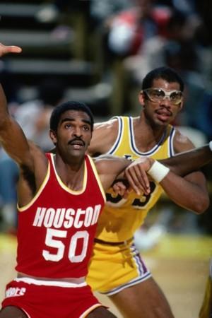 桑普森/波尔1990年2月2日效力于金州勇士的波尔在对阵网队的比赛中,...