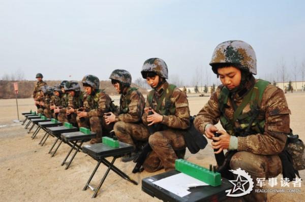 解放军女兵训练场上摸爬滚打毫无娇气