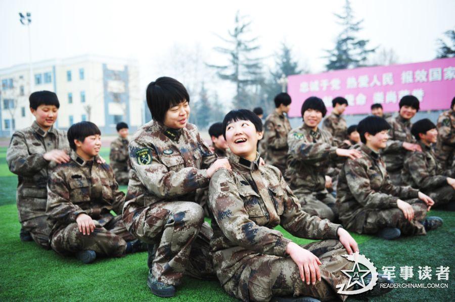 解放军女兵训练场摸爬滚打 毫无娇气