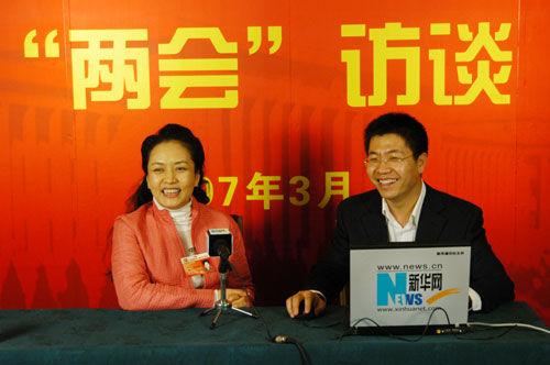 2007年3月12日,全国政协委员彭丽媛作客新华网两会直播间,接受记者采访。新华网