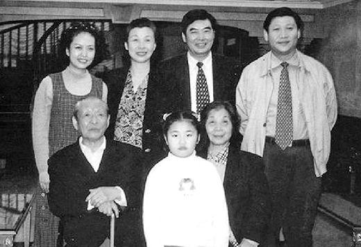 习近平(后排右一)、彭丽媛(后排左一)及女儿习明泽(前中)和家人在一起。