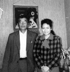 1990年,彭丽媛硕士毕业时与高承本老师的合影。