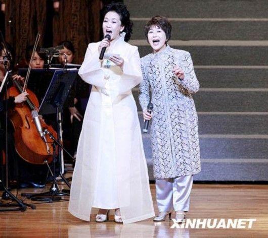 中国著名歌唱家、《木兰诗篇》中木兰最初的扮演者彭丽媛(左)携手日本著名歌手芹洋子(右)登台同唱日本民歌《四季歌》。