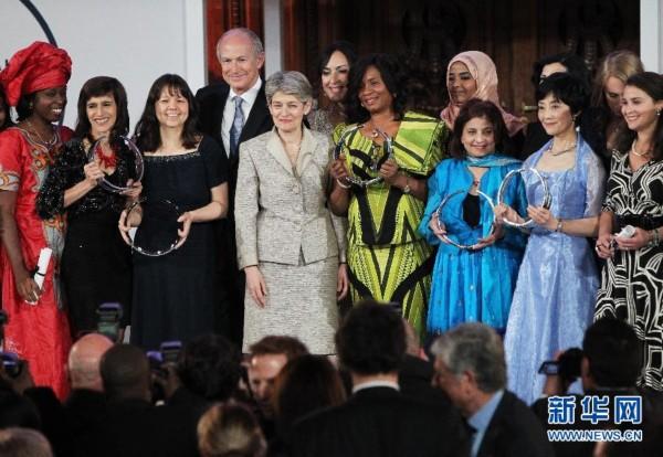 3月28日,联合国教科文组织2013年度世界杰出女科学家奖颁奖仪式在法国巴黎举行。联合国教科文组织2013年度世界杰出女科学家奖颁奖仪式当晚在索邦大学举行,来自尼日利亚、美国、巴西、日本和英国的5位女科学家共同分享了这一荣誉。世界杰出女科学家奖由联合国教科文组织和法国欧莱雅集团联合设立,1999年诺贝尔化学奖获得者艾哈迈德泽维尔担任了本年度评委会主席。2013年度获奖的5位女科学家分别是尼日利亚大学教授弗朗西丝卡妮卡奥克克、英国约克大学教授普拉蒂巴盖、日本东京理科大学教授黑田玲子、巴西南里奥格