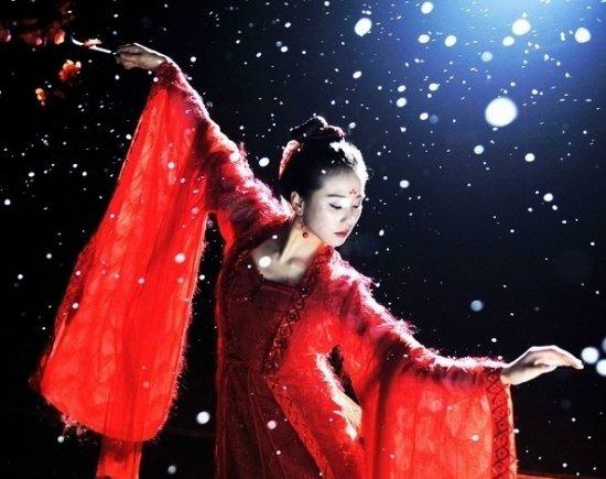古装剧中的红衣女子,更有一种惊人的魅惑感,美艳动人,倾国倾城,我们一