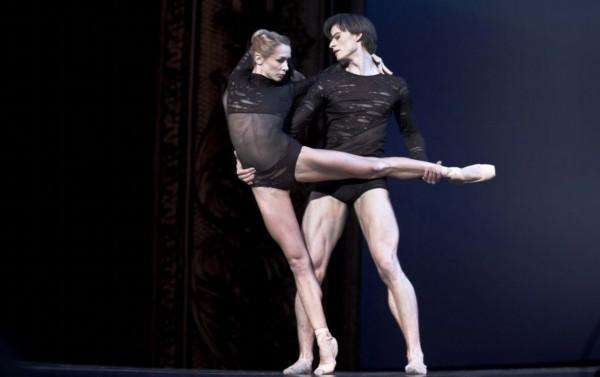 图集详情:   【环球网综合报道】据俄罗斯《都市日报》4月14日消息,4月19日至22日,俄罗斯最优秀的芭蕾舞剧团,舞者及舞蹈家,将在亚历山大剧院和十月音乐厅上演自己的精彩表演。   据报道,此次会演名为DANCE OPEN,将有法国Mezzo电视台负责表演拍摄。英国《独立报》将该演出评定为欧洲十佳春季会演。世界各地芭蕾舞学校的学生将前来参加儿童大师班。   2013年,作为芭蕾舞传说的纳塔利娅马卡洛娃,将继续率领会演评委组。她曾获得由奥巴马颁发的肯尼迪表演艺术中心奖。(实习编译:陈馨)