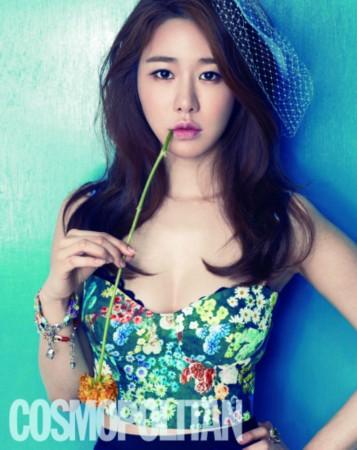在公开的照片中,刘仁娜在香甜爆米花下彰显可爱轻熟女魅力,她身穿